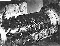 Una foto degli anni '50 di un tecnico con uno dei primi compressori assiali per turbogas